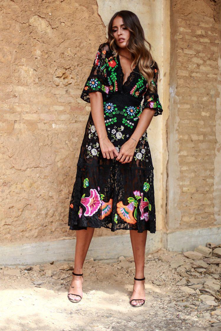 vestido negro de encaje y bordado colores vivos